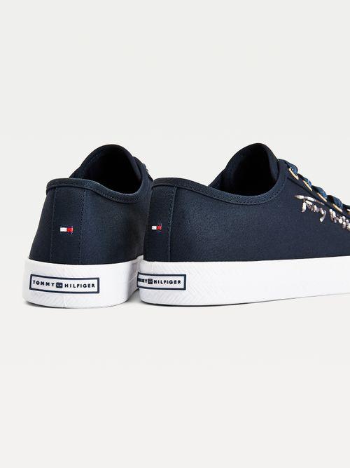Zapatillas-Essential-con-logo-degradado
