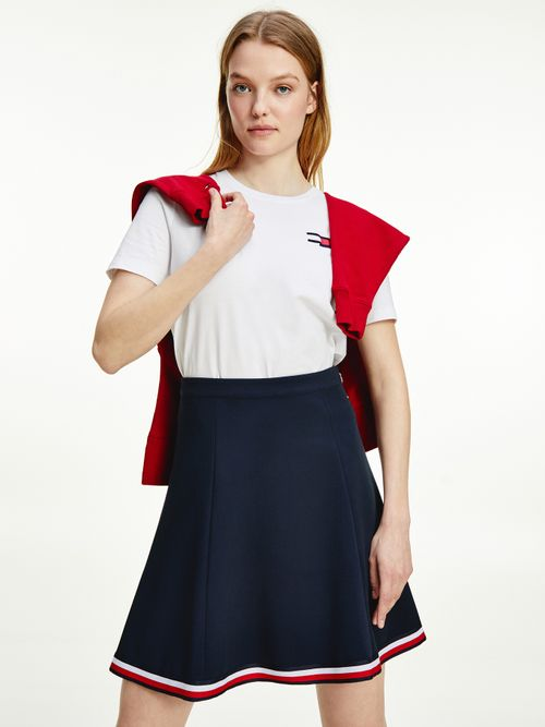 Camiseta-con-logo-ondulante-bordado